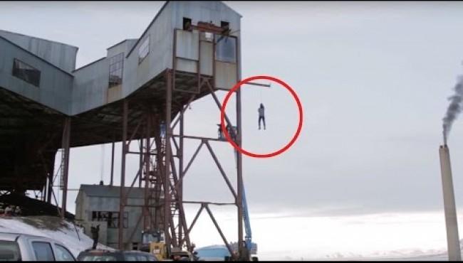 Uomo rischia la vita per dimostrare al meglio una legge fisica